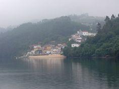 Subindo o Douro, em manhã de nevoeiro.