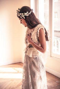Ideal look de novia con original vestido de Helena Mareque, con toque gris, y tocado de Suma Cruz