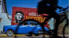 Más por obligación que por deporte, los cubanos vuelven a la bicicleta  Entre consignas revolucionarias y autos destartalados, la bici es la mejor opción. Foto: AFP / Adalberto Roque