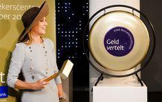 AMSTERDAM - Koningin Máxima heeft dinsdagmiddag het nieuwe bezoekerscentrum van De Nederlandsche Bank (DNB) in Amsterdam geopend. In het bezoekerscentrum kunnen mensen met games, filmpjes of een speurtocht ontdekken hoe de economie werkt, wat DNB doet en wat de invloed is op hun eigen financiën. (Lees verder…)