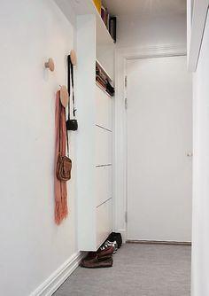 Gang Arkitektens leilighet på Fredensborg i Oslo. TRANG GANG: God utnyttelse av plassen. Et skoskap fra ikea var utgangspunktet for denne løsningen. Ved å trekke skapet litt opp fra gulvet virker entreen straks litt luftigere. Plassen under taket er unyttet til oppbevaring. Knottene Dots er fra Pur Norsk.