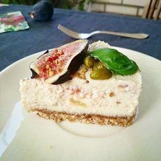 Tarta vegana -Raw Cheese Cake de higos a la miel con albahaca y pistachos.