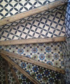 Preciosa escalera de baldosa hidráulica. Una opción fantástica para recuperar retales de este pavimento