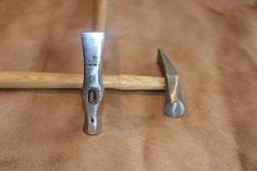 Marteau Rivoir Vergez Blanchard  Manche bois Diamètre de la tête : 18 mm Longueur totale : 87 mm  Idéal pour vous accompagner dans vos création d'articles en cuir, taper une couture ou un collage.