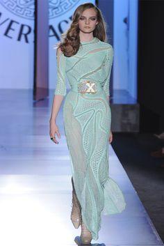 Atelier Versace - Haute Couture Fall Winter - Shows - Vogue. Atelier Versace, Versace Versace, Versace Dress, Fashion Week, High Fashion, Fashion Show, Fashion Looks, Fashion Design, Review Fashion