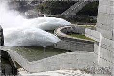 Os dínamos transformam a energia da água em energia elétrica