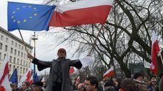 Decenas de miles de polacos realizaron protestas el sábado en las calles de Varsovia y otras ciudades en oposición a las medidas del gobierno que han paralizado la corte constitucional, algo visto por muchos como una amenaza para el estado de derecho en el país centroeuropeo. http://noticiasdechiapas.com.mx/nota.php?id=81787