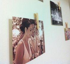 Adorei a ideia <3 Fotos coladas na parede. Pregadores de roupa foram fixados com fita adesiva dupla face.