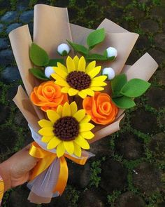 Excellent diy flowers tips are available on our site. Check it out and you wont be sorry you did. Paper Flowers Diy, Handmade Flowers, Flower Crafts, Fabric Flowers, Felt Flower Bouquet, Felt Flowers, Felt Flower Diy, Boquet, Mason Jar Crafts