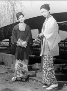 Iwashita Shima (岩下志麻, at right) Japanese Actress Japanese Photography, Nihon, Japan Fashion, Japanese Culture, Kimono Fashion, Vintage Japanese, Geisha, Fashion History, How To Memorize Things