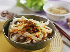 Nudeln mit würziger Soße auf chinesische Art - smarter - Zeit: 15 Min. | eatsmarter.de