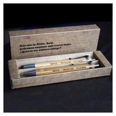 Estuche de cartón con bolígrafo de madera de bambú con tinta azul y puntero con escritura para móviles y tablets. Además portaminas a juego.
