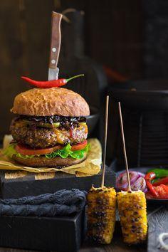 A burger that can bring one to madness Crazy Burger, Real Burger, Gourmet Burgers, Burger Recipes, Sweet Buns, Good Food, Yummy Food, Pub Food, Food Presentation
