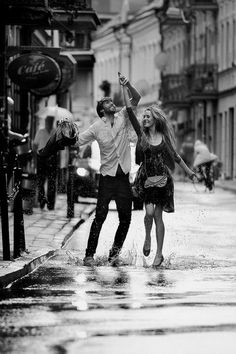 couple dancing in the rain. black and white(: