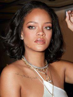 Rihanna stars in Fenty Beauty Cheeks Out Freestyle Cream Blush campaign. Rihanna turns up the shine factor for Fenty Beauty's new blush campaign. Rihanna Fenty Beauty, Mode Rihanna, Rihanna Riri, Rihanna Style, Rihanna Short Hair, Rihanna Makeup, Little Princess, Rihanna Photoshoot, Look Fashion