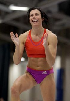 Jenn Suhr wanted to spend their short vacation time in Florida riding roller-coasters at Disney World, while her husband preferred to visit some water parks. To settle the matter, the couple went w… Sport Treiben, Sport Girl, Female Pole Vaulter, Feminist Men, Beautiful Athletes, Olympic Champion, High Jump, Muscular Women, Action Poses