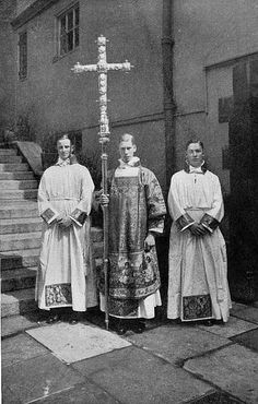 Ceremonial Pictured in Photographs Catholic Art, Roman Catholic, Religious Art, Priest Outfit, Catholic Holidays, Roman Church, Cathedral Architecture, Old Photography, Godly Man