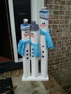 Winter : Basteln und dekorieren / DIY Snowmen from landscaping timbers! Christmas Wood Crafts, Pallet Christmas, Snowman Crafts, Outdoor Christmas, Christmas Projects, Holiday Crafts, Christmas Holidays, Christmas Ornaments, Christmas Ideas