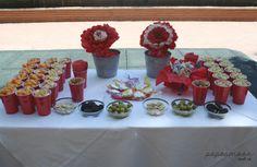 mesa niños cumple 40 con centros de flores de papel. http://www.papermoonandco.com/
