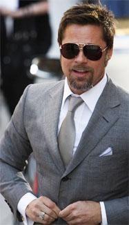 Какого цвета жилет и серый мужской костюм