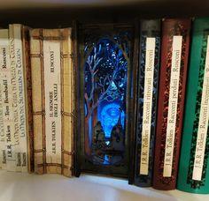 Inserto libreria Elf Gateway Diorama Small Bookshelf, Bookshelves, 9 Volt Battery, An Elf, Book Nooks, Beautiful Architecture, New Sherlock Holmes, Fantasy World, Plywood