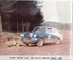 (1968). Rallyes regionales, abundancia de pistas forestales y el socorrido -común en casi todos los debutantes- Ford Anglia 105E, máquinas que tanto servían para un apaño como para un descosido. Claro que Sclater optó por potenciarla un poquito más: motor de 1.5 litros...para disgusto (o no) de su atribulado copiloto, Peter Moss. Auto Racing, Rally, Race Cars, Ford, Vehicles, Abundance, Motors, Ram Cars, Rolling Stock