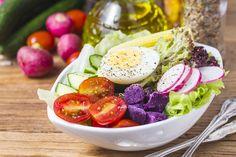Mediterrán diéta: az étrend, ami megszabadít a pluszkilóktól, és óvja a szívet Ensalada Cobb, 28 Day Challenge, Detox, Foods To Eat, Superfoods, Cobb Salad, Vitamins, Vegetables, Colour