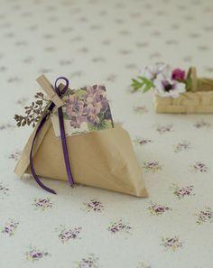 ペタンコ袋がころんとかわいい三角の形に変身! 折った入れ口は、飾りと一緒に木製ピンチでとめるのがポイント。/雑貨屋さんみたいな おしゃれラッピングレシピ(「はんど&はあと」2012年2月号)