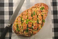 Gevuld snackbrood met onder andere geraspte kaas en bosui