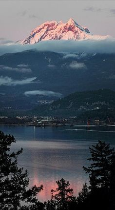Mount Garibaldi with Diamond Head overlooking Squamish on Howe Sound, British Columbia, Canada. • photo: Pierre Leclerc.