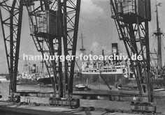 0954003 die Kräne im Hamburger Hafen laufen auf Schienen -im Vordergrund der Kai Breslauer Ufer im Oderhafen. Schiffe liegen auf Reede im Hafen; Schuten und Binnenschiffe haben an der Bordwand fest gemacht.