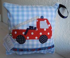 Superschönes+Jungenkissen+und+ein+besonderes+Geschenk+ist+dieses+Kinderkissen+mit+Feuerwehrauto.+Es+ist+aus+reiner+Baumwolle+genäht,+die+Rückseite+... http://de.dawanda.com/product/44289510-Namenskissen-Feuerwehr-Tatue-Tata,OUTRO MODELO DE ALMOFADAS ,PARA ,QUARTO DE MENINO,COM APLICAÇÃO DE UM CAMINHÃO,MUITO SHOW