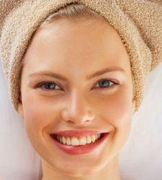 Dos veces al mes, conviene hacerse un peeling facial, en casa. Con unas gotas de agua, aplícate tu crema o gel exfoliante y frótate suavemente el rostro, con una esponja o con las manos. Después, aclárate bien la cara con agua tibia y termina con agua fría para cerrar bien los poros. Ya verás cómo te dejará la piel del rostro luminosa y sin impurezas.