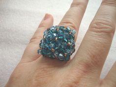 Anillo de 9 flores en tonos azulados de cristal swaroski. caprichosmarja@gmail.com.