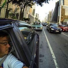 Papai Noel na Paulista, ontem à tarde, a bordo do trenó Chrysler New Yorker  (em Avenida Paulista, São Paulo, Brasil)
