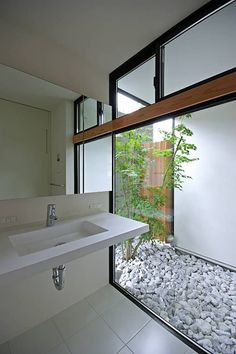 Affordable homes: 8 small, beautiful and cheap houses Contemporary Bathrooms, Modern Bathroom, Style Asiatique, Small Bathroom Renovations, Cheap Houses, Space Architecture, Japanese House, Minimalist Interior, Beautiful Bathrooms