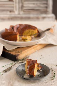 Bundt cake de limón y yogur con glaseado de queso y tomillo