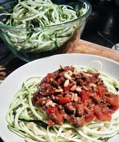 Ben je op zoek naar een koolhydraatarm gerecht? Dan is courgetti met tomatensaus en gehakt een perfect doordeweeks gerecht!