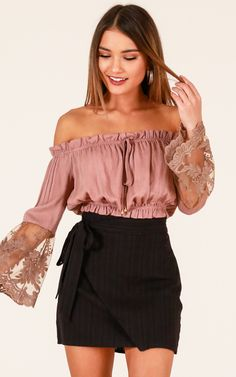 Showpo Suenos crop top in mocha - 6 (XS) Long Sleeve Night Out Outfit Classy, Night Outfits, Spring Outfits, Casual Dresses, Casual Outfits, Cute Outfits, Night Out Outfit Clubwear, Denim Skirt Outfits, Girl Fashion