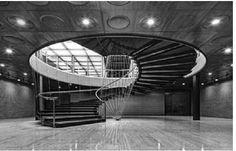Escalera helicoidal del vestíbulo de acceso de la General Motors Technical Center.