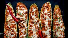 Hledáte inspiraci na dnešní večeři? Co takhle šťavnaté plněné cukety? Kombinaci rajčatové omáčky s kuřecím masem, rozteklého sýra a voňavých bylinek se těžko odolává!