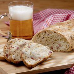 Mehl, Backpulver, Zucker, Röstzwiebeln und Bier verkneten. Zum Schluss Raspelkäse untermengen. Bei 180 °C (Umluft) etwa 45 bis 60 Minuten backen.