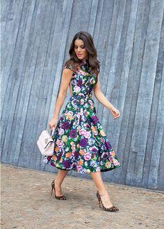 Camila Coelho de vestido floral e scarpin de oncinha