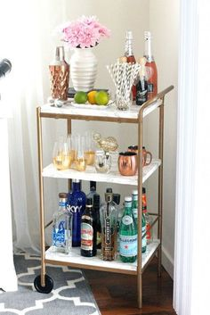 13 apartment decoration ideas you can easily copy! Get this kitchen bar idea, DIY apartment bar idea, apartment decoration on a budget, apartment kitchen, college apartment, bar idea kitchen, college decor ideas, apartment hacks *i do not own this pict Ikea Bar Cart, Diy Bar Cart, Gold Bar Cart, Bar Cart Decor, Bar Cart Styling, Bar Carts, Drinks Trolley Ikea, Apartment Decoration, Diy Home Decor For Apartments