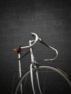 roundestgear:Bianchi pista  #urbancycling #socialcycling #bike #bicycle #cycling #velo  #velochic #loveofbike  #cardoBK1