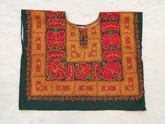 Se trata de un huipil tradicional de Tehuantepec, un tipo tan a menudo favorecido por Frida Kahlo. Este Huipil es en excelentes condiciones y está absolutamente listo para usar. Es totalmente las fibras hechas por el hombre que creo.  El bordado está hecho en capas densas de la máquina de costura. Es la misma frente a la prenda como en la espalda.  La parte posterior de la tela es tan precioso como el frente!  Mide 19 pulgadas de largo y 24 de ancho.