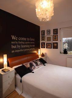 Napisy i litery to modny motyw dekoracyjny. Na ścianie w tej sypialni zamieszczono sentencję  o miłości. - zdjęcie