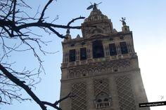 """La Giralda, Señora de Sevilla, minarete de la antigua mezquita sobre la que se construyó la Catedral, fue en su día la torre más alta del mundo. Con """"Giraldillo"""" incluido, son 104 metros de altura._ en Sevilla."""