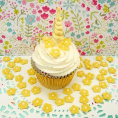 Small icing/sugar flowers and edible roses make for pretty cupcake decorations. Icing Flowers, Sugar Flowers, Rustic Cupcakes, Edible Roses, Pretty Cupcakes, Pastel Colors, Cake Toppers, Cake Decorating, Desserts