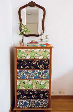different fabrics/print/wallpaper for each drawers Recycled Furniture, Kids Furniture, Furniture Making, Painted Furniture, Furniture Design, Decoupage Furniture, Refinished Furniture, Print Wallpaper, Home And Deco